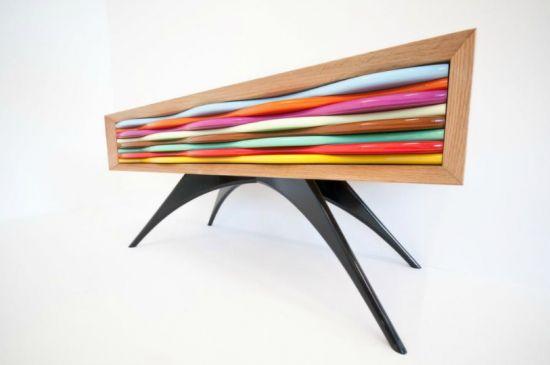 Giocare con i colori è la specialità di Anthony Hartley, un designer-artigiano inglese che crea i suoi pezzi a mano ad uno ad uno.
