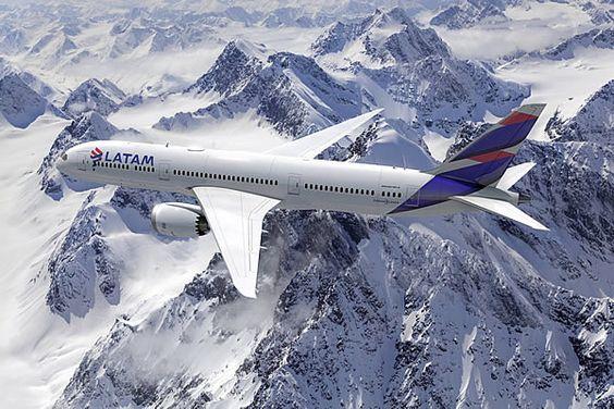 Avión LATAM volando la cordillera de los Andes