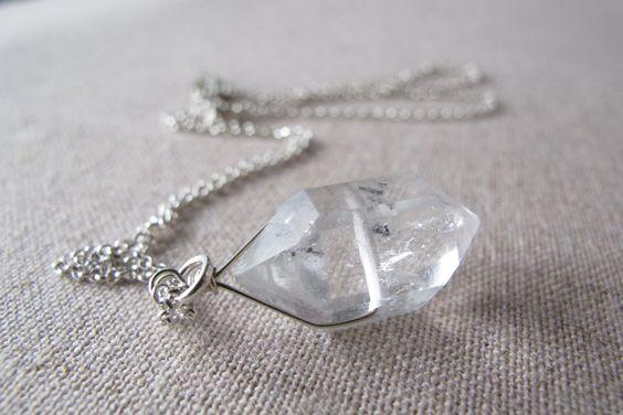 Herkimer diamant fil enroulé et pend à partir d'une chaîne rolo en argent sterling de taille moyenne belle. Le diamant herkimer a quelques inclusions en elle comme indiqué dans les photos. J'ai joint des rondelles de quartz enfumé par le fermoir mousqueton en argent sterling.  Diamant Herkimer : 20 x 9 mm Collier : 18 pouces  Diamants Herkimer ne sont pas seulement beaux, mais ils sont aussi un cristaux puissant haute vibration. Ils agissent comme des amplificateurs puissants lorsque vous…