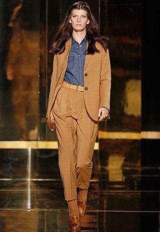 La chemise en jean se fait chic avec un tailleur camel, blanc ou marine (look Mango)