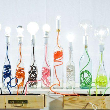 Lampes bouteilles chez Boboboom chez Fleux. Lampe à poser avec pied en forme de bouteille en verre recyclé enfermant un câble de couleur de Boboboom chez Fleux