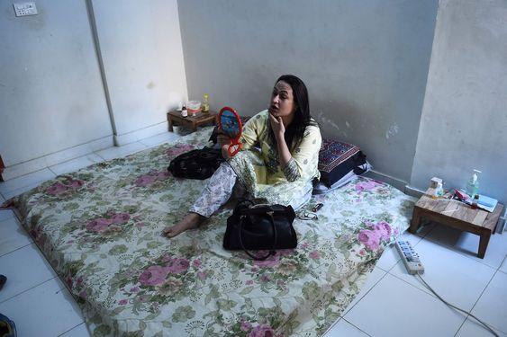 Bebo Haider se prepara en su casa para ir a trabajar a Karachi. (Ashraf KHAN / AFP)