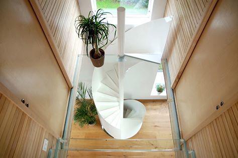 挪威的一幢獨棟別墅,屋內善用天然木頭材質與玻璃,在材質的變化運用上表現趣味,於簡約中呈現創意與和諧兼具的設計感。 pic via Rever & Drage Architects