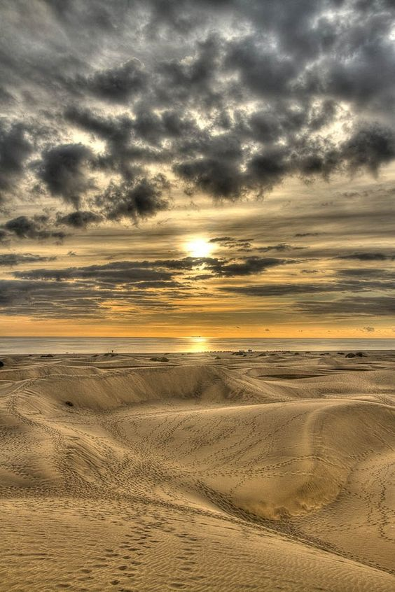 """*""""Gran Canarias - España""""*  Las Dunas de Maspalomas son un espacio natural situado en el municipio de San Bartolomé de Tirajana, al sur de la isla de Gran Canaria (Canarias). Tiene la consideración de reserva natural especial.Se trata de un conjunto de dunas con hábitat dunar halófilo característico del archipiélago canario, único en la isla de Gran Canaria, ya que no existe otro sistema dunar de las mismas características en la isla.:"""