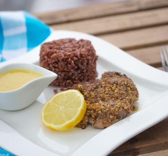 Kalbsschnitzel in Nuss-Kräuter-Kruste mit rotem Reis - Kernig-würzige Panade und cremige Currysauce für den besonderen Geschmack
