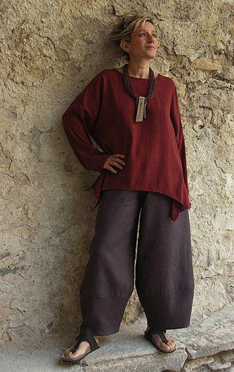 Top déstructuré en soie sauvage rouge sombre + Pantalon en lin ardoise