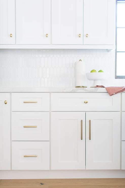 Brass Cabinet Hardware Accent White Shaker Cabinets Finished With White Quartz Countertops And Wh White Shaker Cabinets Shaker Cabinets White Quartz Countertop