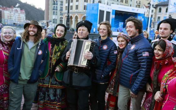 Para anggota tim ski gaya bebas AS dengan kelompok paduan suara dan tari Cossack dalam kostum tradisional di Rosa Khutor (6/2).