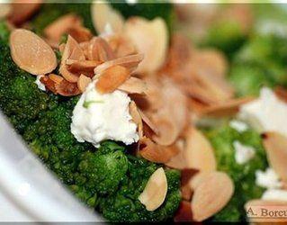 Brokuły z fetą i płatkami migdałowymi