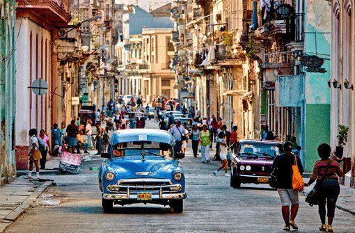 Sie fahren und fahren und fahren: Die Oldtimer in der Altstadt von Havanna. Foto: Bildagentur Huber