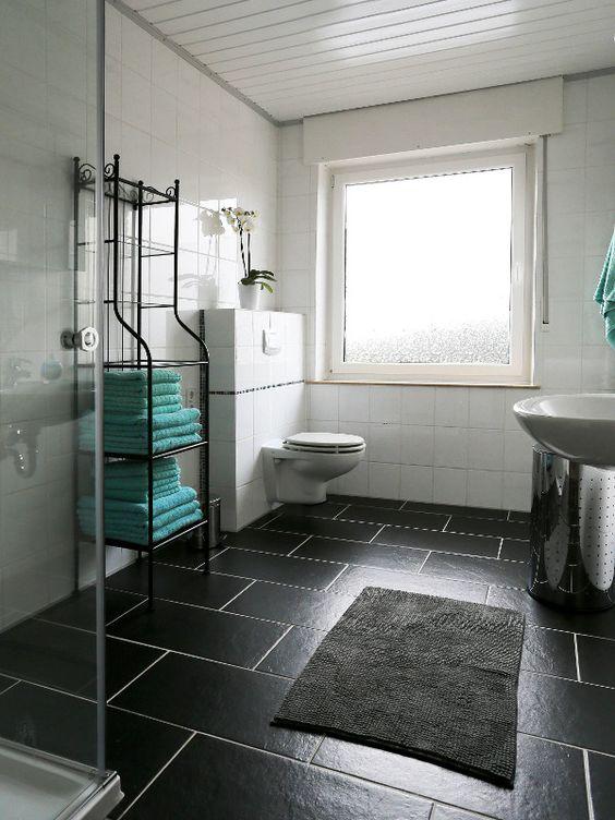 I love this little bathroom with its turquois towels... | http://ferienwohnung-neiling-niederrhein.de/en/