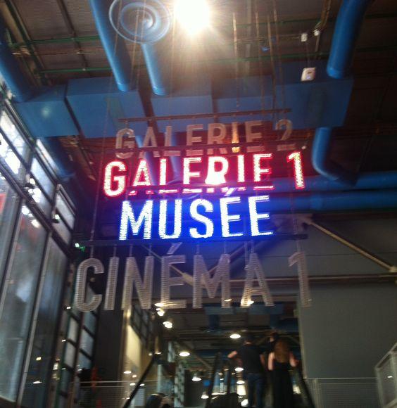 Palabras flotando superpuestas  Centre Pompidou – Musée National d'Art Moderne en Paris.