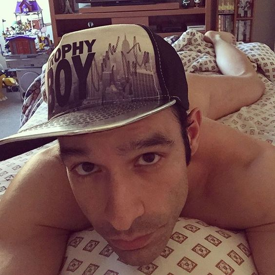 Tan despeinado que mejor les doy los buenos días con gorra... #GoodMorning #StillInBed #BetweenSheets #LazyBoy #Cap #BoysFactory #AndrewChristian #TrophyBoy #JacobFord #Naked #GArnauda