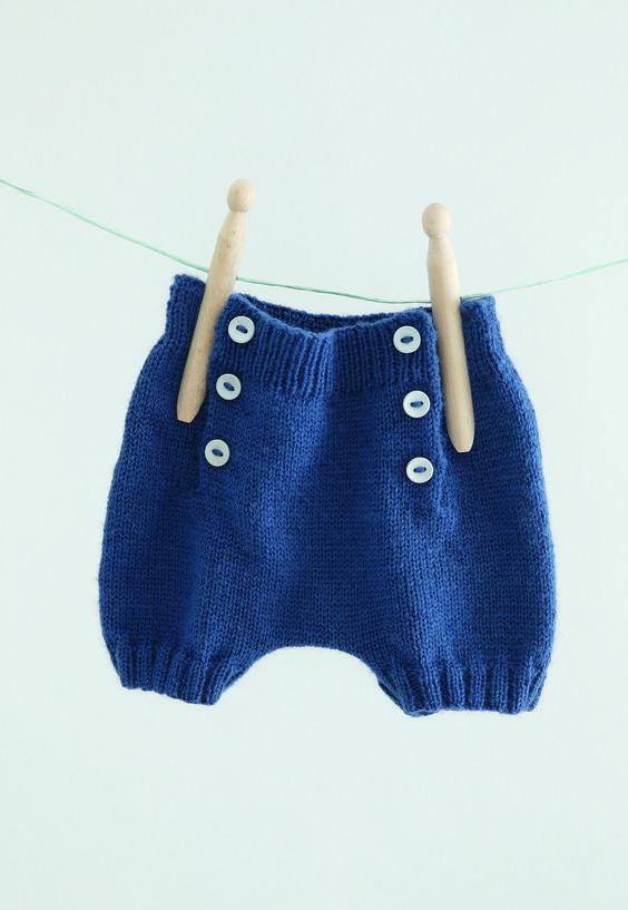 Trop chou avec ses boutons sur le devant, un modèle de short pour les beaux jours de votre moussaillon à tricoter de la naissance à 12 mois.