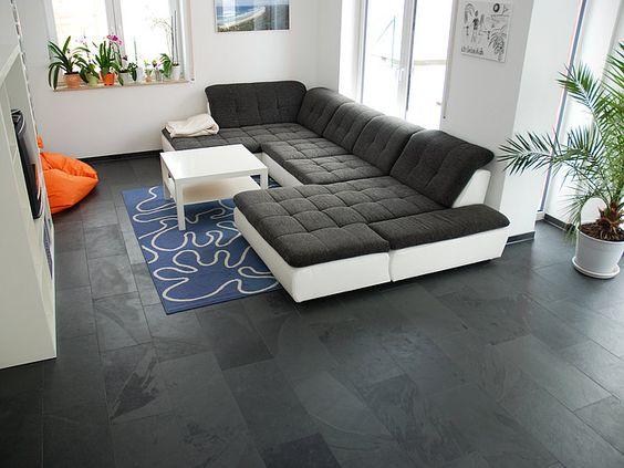 Der anthrazitfarbene Schiefer (Format 30x60cm) unterstützt den modernen Wohnstil und wirkt elegant. – stonenaturelle
