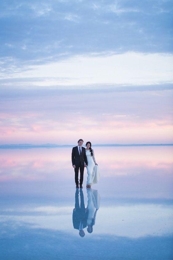 Já publicamos aqui algumas matérias que mostram fotos de casamento em belas paisagens naturais. Agora, outro casal resolveu inovar para ilustrar esse dia tão especial. Ethen e Heather se casaram em Salt Lake City, nos Estados Unidos, mas decidiram fazer a sessão de fotos em Bonneville Salt Flats, em Utah.