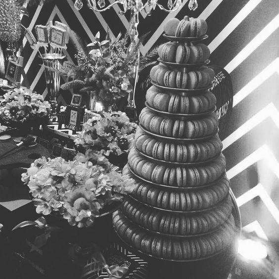 Nossa torre de pertinho... @loucaporfestas @julianacussiol @douceenfant @ateliearteepapel ... #maymacarons #macarons #macaronsdecorados #macaronspersonalizados #mesasdecoradas #loucaporfestas #parceriadesucesso