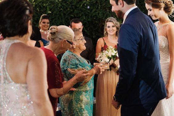 Avós levando as alianças aos noivos, casamento ao ar livre