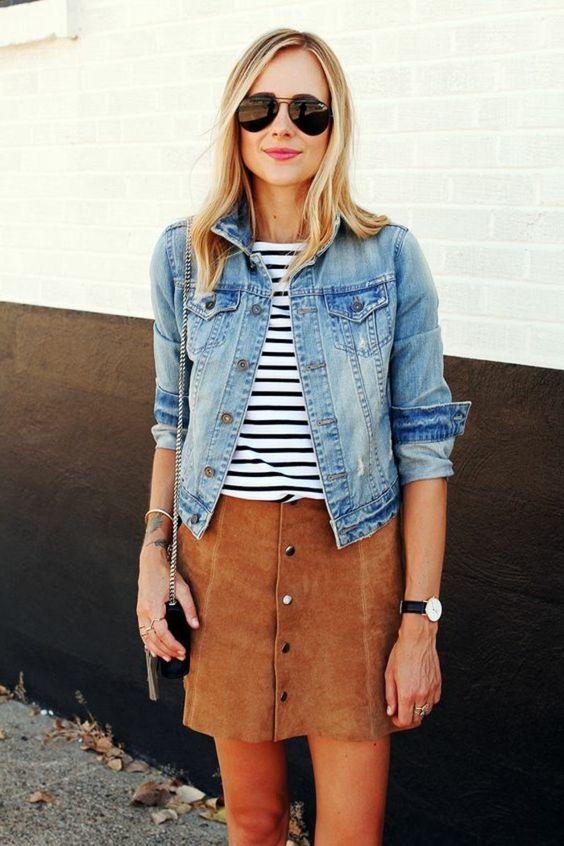 jupe trapèze en dame de couleur marron, veste en denim bleu clair