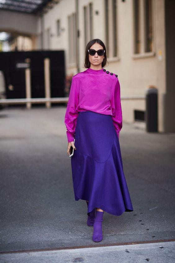 Mujer usando zapatos y falda morados