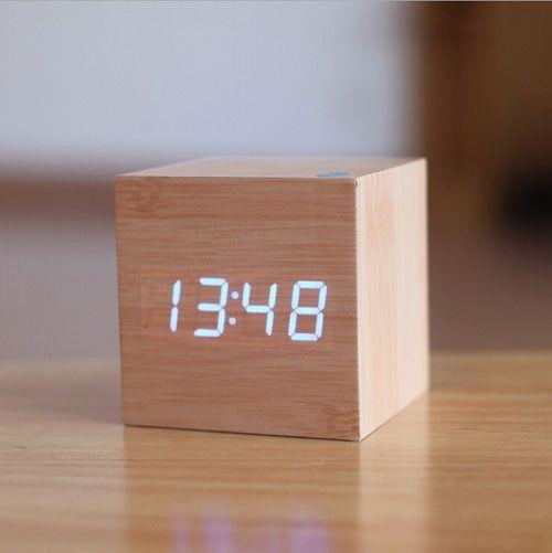 Mini horloge en bois de cube en r/éveil num/érique d/écoration de la maison horloge de table /à LED USB//horloge de chevet /à piles