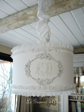 Suspension_abat_jour_lampshade_serviette_ancienne_monogramme_ornement_patine_blanche_volant_ruffle_shabby_chic_decoration_de_charme_le_grenier_d_alice_diametre_35_gf