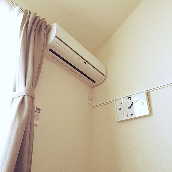 壁 天井 ベージュ カーテン 電波時計 無印良品 などのインテリア実例