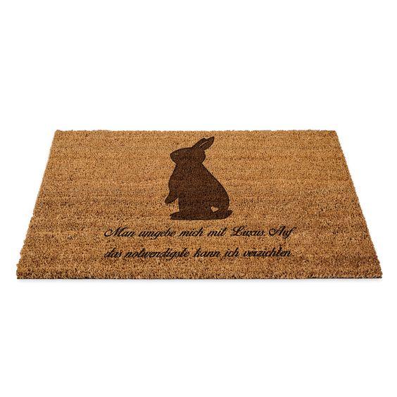 Fußmatte Kaninchen Hase aus Fussmatte Kokos  Natur - Das Original von Mr. & Mrs. Panda.  Eine wunderschöne Fussmatte Kokos aus dem Hause Mr. & Mrs. Panda - Die Fussmatte wird sehr aufwendig graviert. Dieses besondere Fertigunsverfahren mit Naturmaterialien wurde von uns entwickelt und ist einzigartig.    Über unser Motiv Kaninchen Hase  Die Nagetiere sind bei Kindern wegen ihrer Größe, wegen dem flauschigen Fell und ihrem ruhigen Gemüt sehr beliebt. Kinder lieben es, sich um den kleinen…