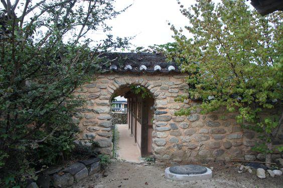 Wicket gate (Hamyang/ Gaepyung village/ S. Korea)