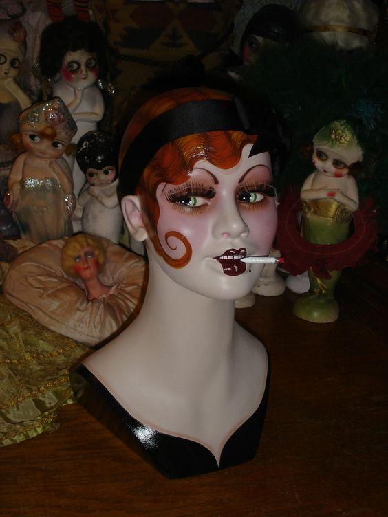 Il sagit dun mannequin de fibre de verre vintage 15 1/2 po avec environ 22 1/2 tour de tête qui a été entièrement peint dans un style vintage