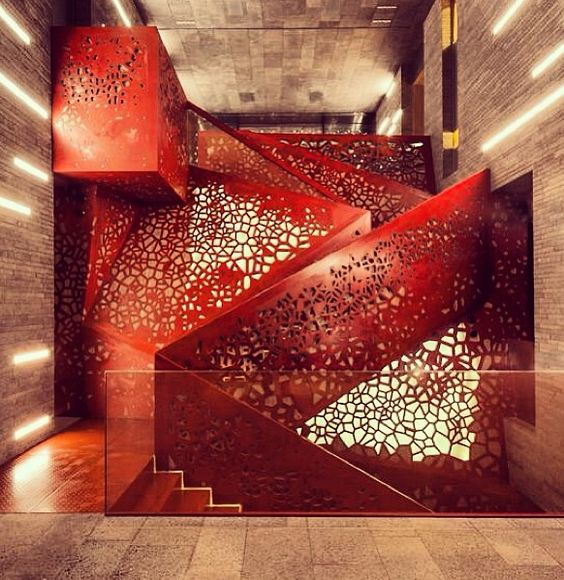 """Lors de la réalisation du projet """"Villa Mallorca"""" (immeuble résidentiel dans le sud de l'Espagne), les architectes de Saint-Petersbourg du Studio Mishin ont fait appel au groupe Arup pour les aider à concevoir l'escalier central de l'édifice réalisé en cuivre perforé. Autre vue : http://www.zeutch.com/wp-content/uploads/2013/07/1-villa-mallorcas-perforated-copper-staircase-by-arup-studio-mishin.jpg Plus"""