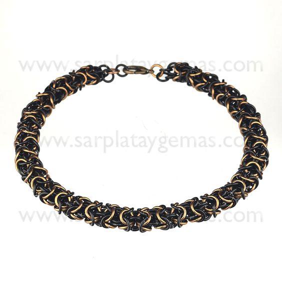 Gargantilla de cadena bizantina montada a mano de alambre de aluminio de color marrón y negro. El cierre es metálico. Largo: 41 cm