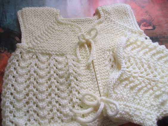 Um pedido que já foi entregue. Gostei muito dessa peça, além de fácil de tricotar fica muito graciosa e feminina. A touca é feita com agulha...