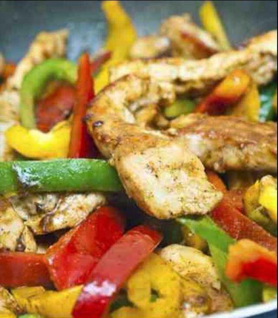 Τηγανιά με κοτόπουλο,πιπεριές και γραβιέρα