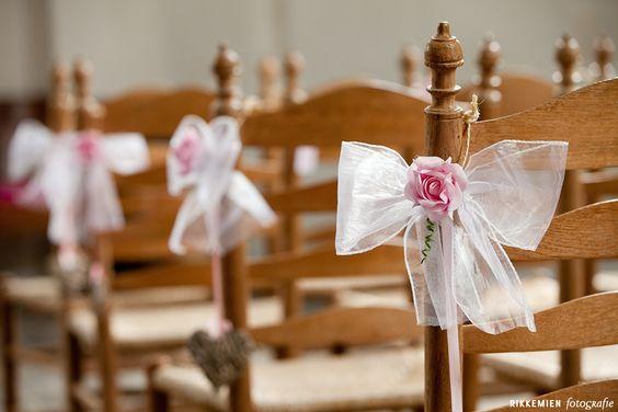 Weddingstyling / de versiering / aankleding tijdens een bruiloft. strik, tule, bloem, roos, roze, stoel, kerk, trouwlocatie, organza, church, bruidsfotograaf, bruidsfotografie, trouwreportage, trouwfoto, bruidsreportage, huwelijksfotograaf, trouwfotograaf, decoratie  http://www.rikkemienfotografie.nl/