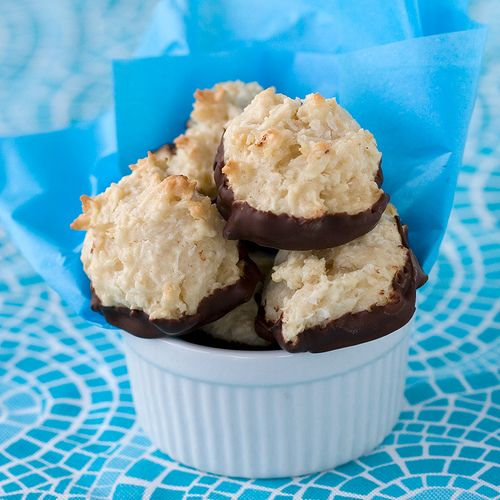 making these for my friend's birthday party: Chocolate Bottom Macaroon Cookies #vegan