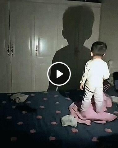 Criança brinca com sua própria sombra