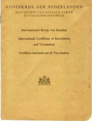 Het inentingsboekje ging mee naar het consultatiebureau en alle vaccinaties werden genoteerd.: