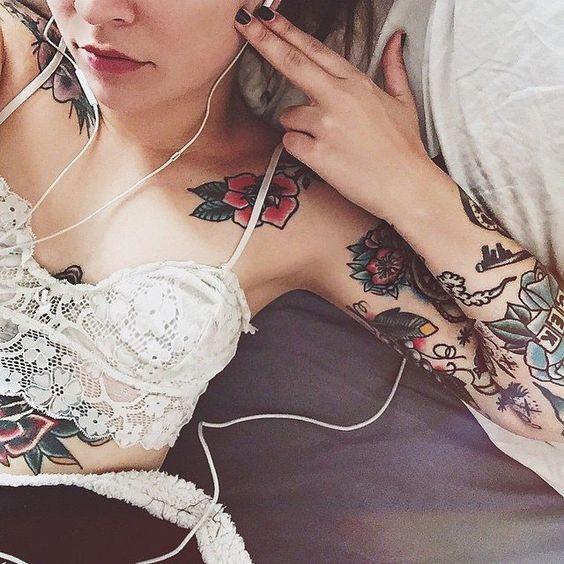 #lips #redlips #nails #blacknails #tattoos #girlswithtattoos #armtattoo #ink #inked #inkedgirls #audifonos #scenegirl #indiegirl #hipster #hipstergirl