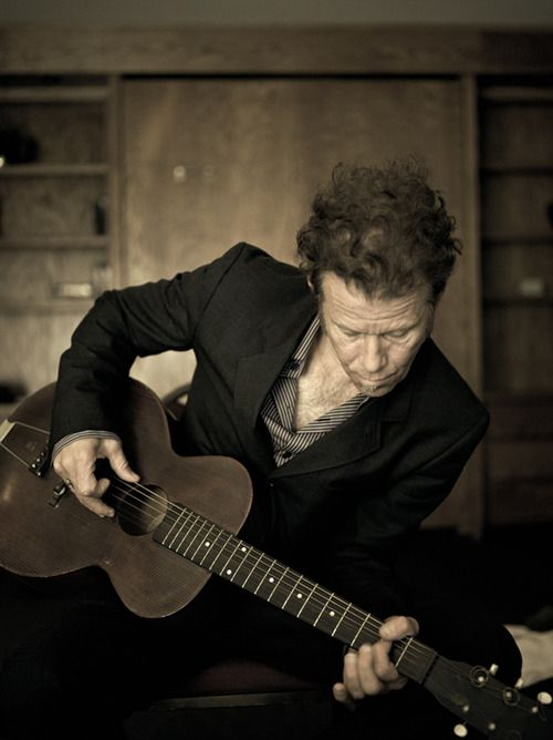 The great Tom Waits and his guitar.