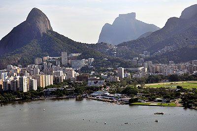 """Nem só de mar e areia vive o verão carioca. Para aqueles que gostam de curtir temperaturas mais amenas sobre um bom gramado, preparamos um roteiro com parques que têm o horário de funcionamento estendido durante o verão. Áreas para piqueniques, trilhas e mirantes são alguns dos atrativos para quem está em busca de sombra...<br /><a class=""""more-link""""…"""
