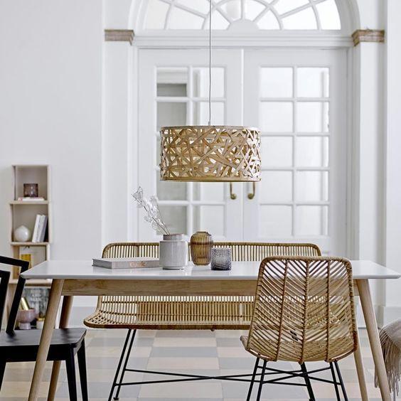 Après un premier tour d'horizon, dans l'article précédent, des plus beaux luminaires en rotin, je vous propose, cette fois, de nous pencher sur tous ces petits meubles en rotin, objets de notre convoitise quand il s'agit de se créer une ambiance estivale et bohème à la maison…