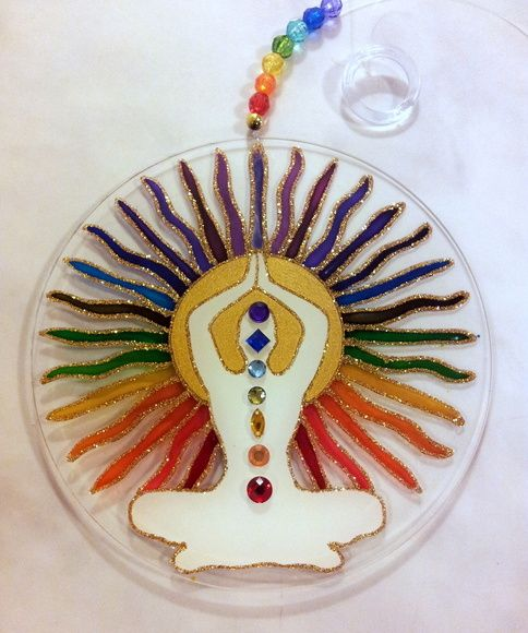 Mandala em acrílico de 15cm de diâmetro. Pintura vitral, decorada com pedrinhas e tinta relevo em ambos os lados.  Vai com fio de nylon e contas coloridas, para ser pendurado em sacadas, varandas, varões de cortinas e janelas.  I