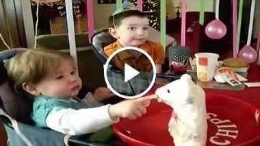 Bebê fica muito assustado ao ver que quebrou o pedaço de bolo!!