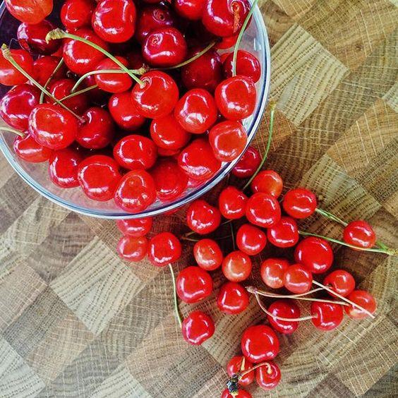 WEBSTA @ adirondack.com.ru - Собрали урожай черешни.решили поделиться. Не могли не использовать нашу доску. Чем не фотофон. #торцеваяразделочнаядоска #handcrafted #kitchen #подарок #поварокнановоселье #аксессуары #длякухни#готовим #поваренок #color #inspiration