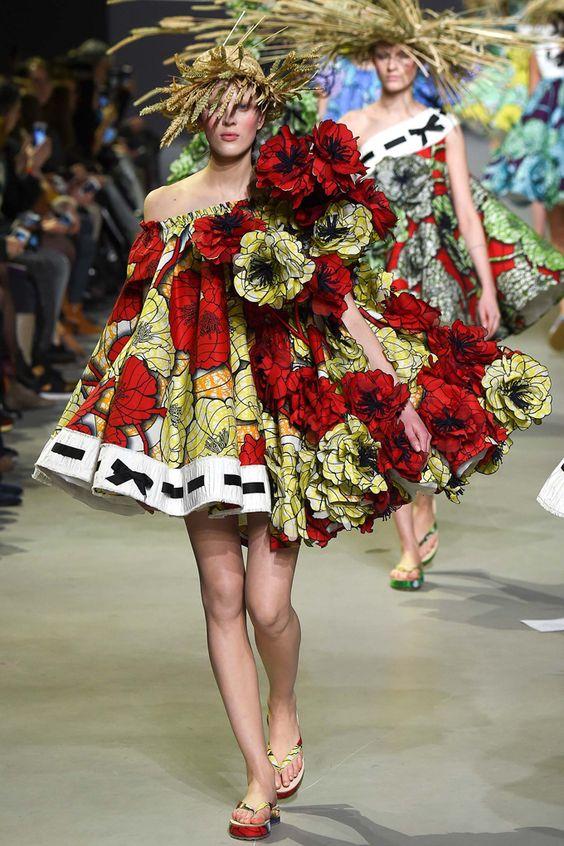 Viktor & Rolf представили свою couture коллекцию и свое видение сада цветов на Неделе высокой моды в Париже.