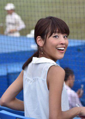 笑顔で振り返る岡副麻希の美人でかわいい画像