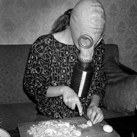 Tras picar cebollas, el olor de los dedos es difícil de eliminar con un simple lavado de manos. Pero basta con pasar la hoja de un cuchillo por los dedos o cualquier otro objeto metálico para deshacerse de él. #quitar #cebolla #olor http://www.pandabuzz.com/es/sabias-del-dia/quitar-olor-cebolla-picarla