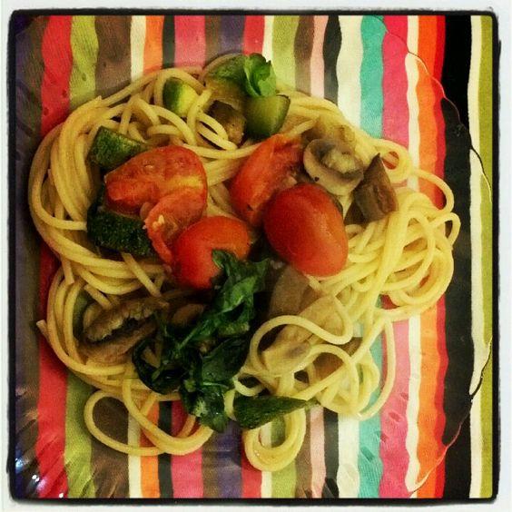 Spaghettis con salteado de verduras.