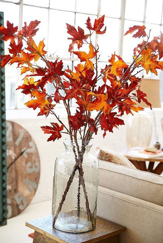 er un centro tavola semplice ma di grande effetto tutto quello che vi serve è un vaso di vetro e qualche foglia pescata direttamente dal giardino